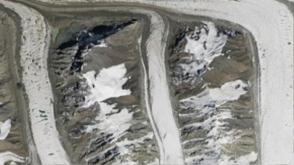 Chữ M từ các sông băng ở dãy núi Thiên Sơn nằm phía đông bắc Kyrgyzstan.
