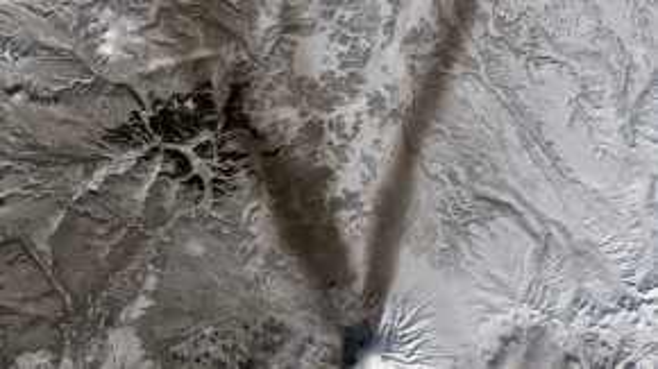 Tro và tuyết tạo hình chữ V trên núi lửa Shiveluch – một trong những núi lửa lớn nhất và hoạt động mạnh nhất trên bán đảo Kamchatka của Nga.