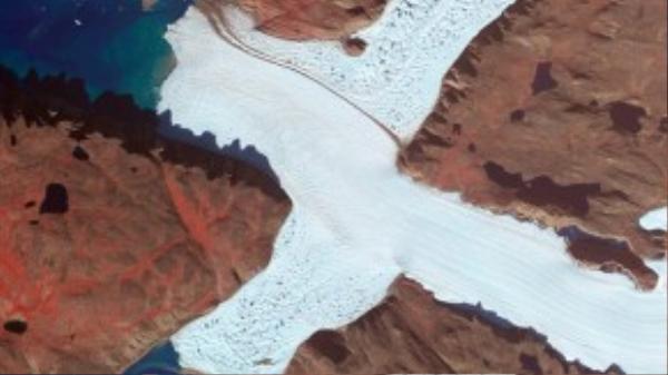 Chữ X được chụp tại góc phía tây bắc của Leidy Glacier ở Greenland .