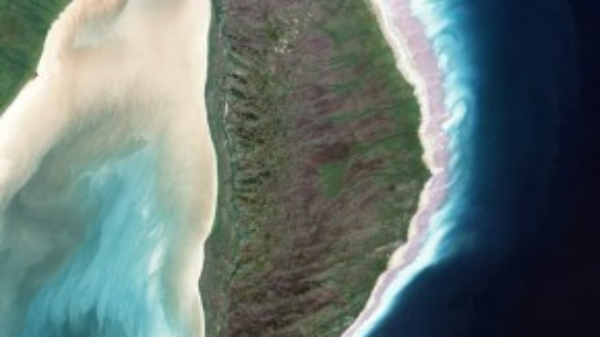 Đảo Akimiski ở Vịnh James tạo hình chữ D.