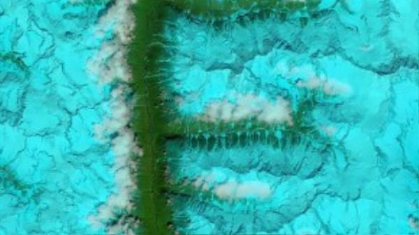 Chữ F được tạo ra từ một thung lũng và dãy núi phủ đầy tuyết ở đông nam Tây Tạng vào ngày 4 tháng 8 năm 2014.