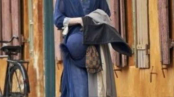 """Từ sự e ấp ban đầu, Lili tự tin khoe thân hình nam tính trong chiếc váy màu xanh thanh bình. Khát khao trở thành một người phụ nữ không chỉ được bồi đắp bởi những trang phục mặc trên người, mà nó còn là sự tự tin, đón nhận ở bản thân, điều mà khó có ai làm được như """"cô nàng"""" Lili."""