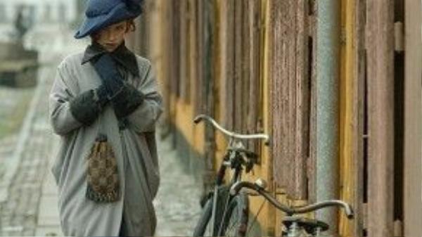 Lili Elbe là nhân vật được đầu tư cực công phu trong trang phục để sẵn sàng trở thành một quý cô với đầy đủ phụ kiện thời trang từ bao tay, mũ đến túi xách.