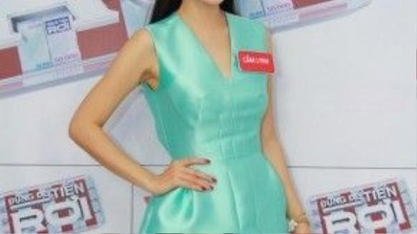 Á hậu điện ảnh Dương Cẩm Lynh đón đầu xu hướng với xanh thanh bình khi xuất hiện trên sóng truyền hình.