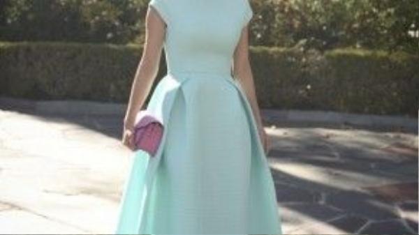 MC Huyền Ny diện chiếc váy dáng dài với phần gấp nếp lớn dạng high-low, đơn giản mà thanh lịch.