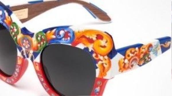 Họa tiết trên mắt kính được tạo bằng 2 phương thức là vẽ tay hoặc đính hạt.