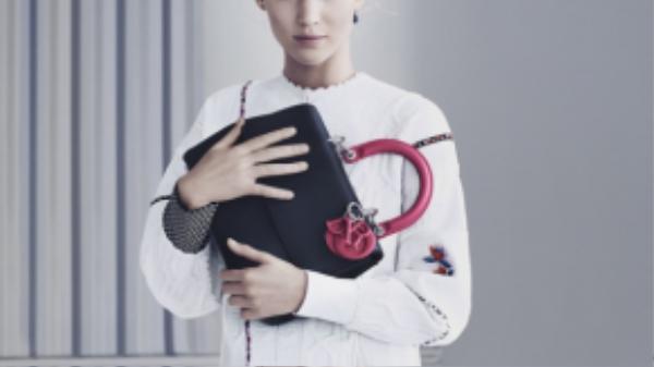Bộ ảnh khác của Jennifer nằm trong chiếc dịch quảng cáo túi xách của Dior năm 2015.