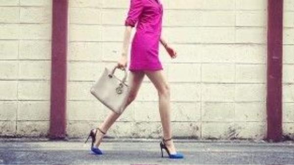 Phạm Hương tự tin thả dáng trên phố Thái với giày Valentino và túi xách Dior.