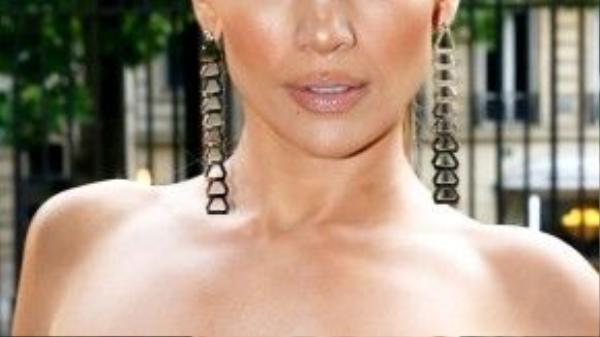 Làn da bóng mịn như sáp của J.Lo tất cả chỉ gói gọn trong liệu pháp chăm chỉ bôi kem dưỡng.