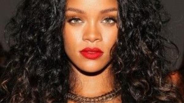 """Rihanna tâm sự: """"Mỗi khi cảm thấy da không khỏe, tôi sẽ lập tức cắt bỏ bia rươu và uống thật nhiều nước"""". Cô tiết lộ, mỗi ngày mình tiêu thụ khoảng 9 cốc nước lọc."""
