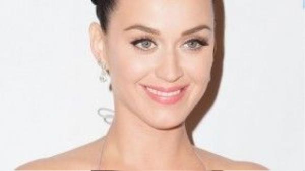 Katy Perry cũng đã có thời gian nổi mụn, sau đó cô tìm ra liệu pháp làm sạch da với các loại dầu tẩy trang tự nhiên, nhờ thế mà da của Katy ngày càng rạng rỡ, bóng mịn.