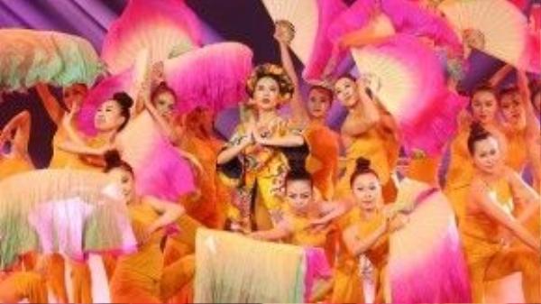 Hoàng Thùy Linh lộng lẫy trong đêm liveshow 5 của The Remix 2.