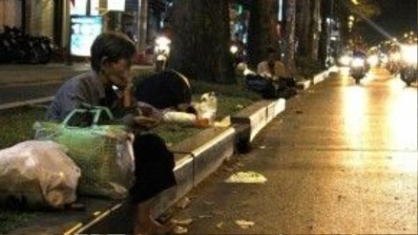 Nhiều tuyến đường tại TP.HCM vào buổi tối xuất hiện liên tiếp các trường hợp người ăn xin, ngủ lang thang - Ảnh: Mạnh Khang