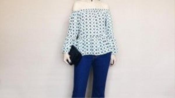 Vẫn là quần jean ống loe cách điệu gấu nhưng Yến Trang lại phối cùng áo trễ vai, kính mát gọng tròn. Một tổng thể hoàn hảo và trendy cho ngày hè năng động sắp tới.