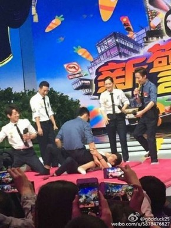Cặp đôi có màn đấu ngay trên sân khấu. Cố Hải đè hẳn Bạch Lạc Nhân xuống sàn.