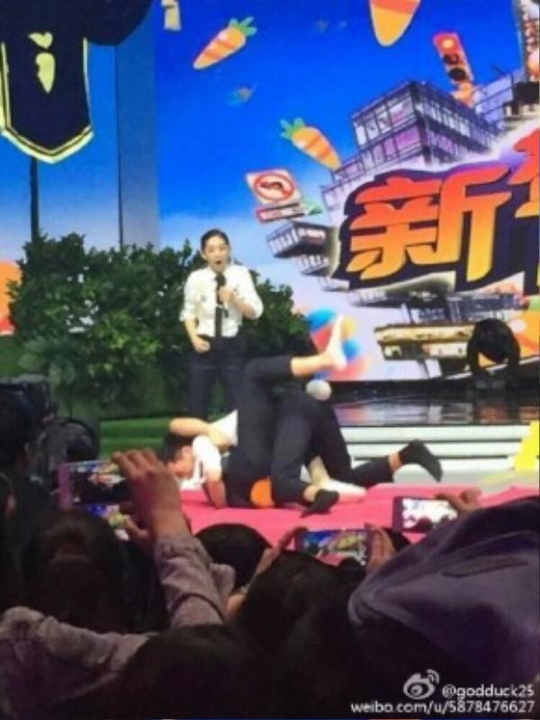 Nhưng sau đó Ngụy Châu đã trả đòn. Cảnh đấu của hai người trở thành màn tình cảm trong mắt fans.