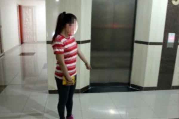 Tên cướp đi theo cô gái vào thang máy chung cư Phúc Yên.
