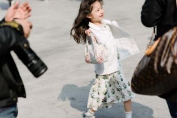 Trang phục sáng màu với họa tiết tươi tắn được các bé gái ưa chuộng.