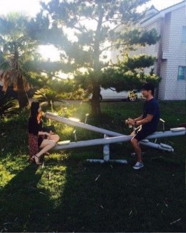 Sulli cùng Choiza chơi đùa cùng chiếc bập bênh trong thời tiết nắng ấm.