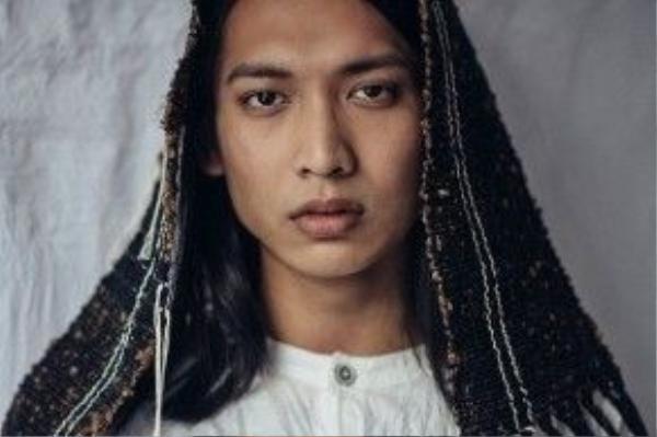 Không khoe thân quá đà như siêu mẫu Andreja Pejic , Adray Minh chú trọng sự lột tả thần thái của một mẫu lưỡng tính qua khuôn mặt.