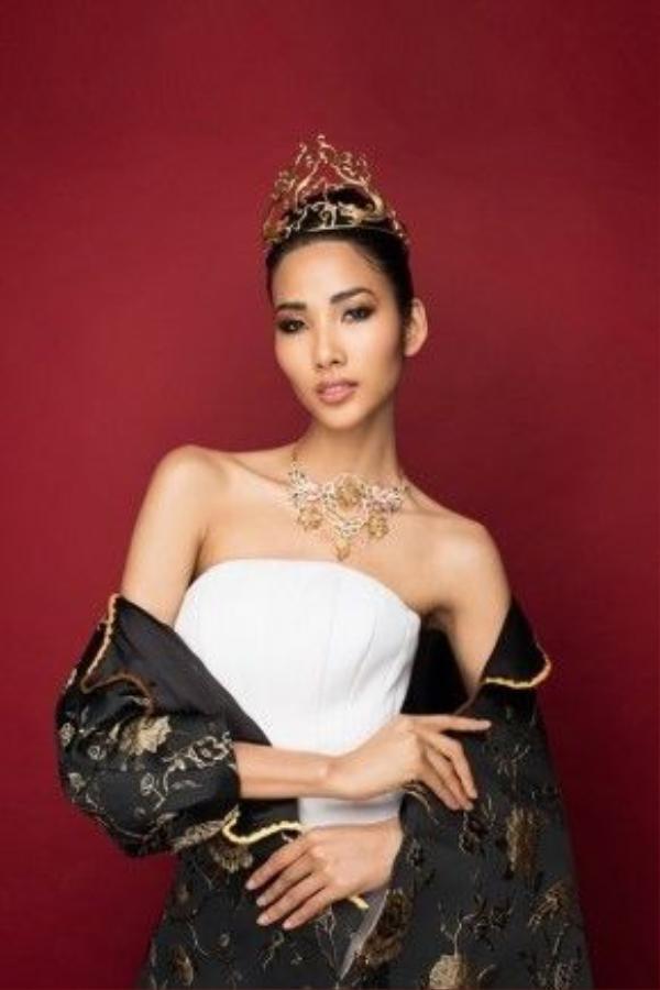 Hoàng Thùy đẹp kiêu sa trong thiết kế của Hoàng Minh Hà.