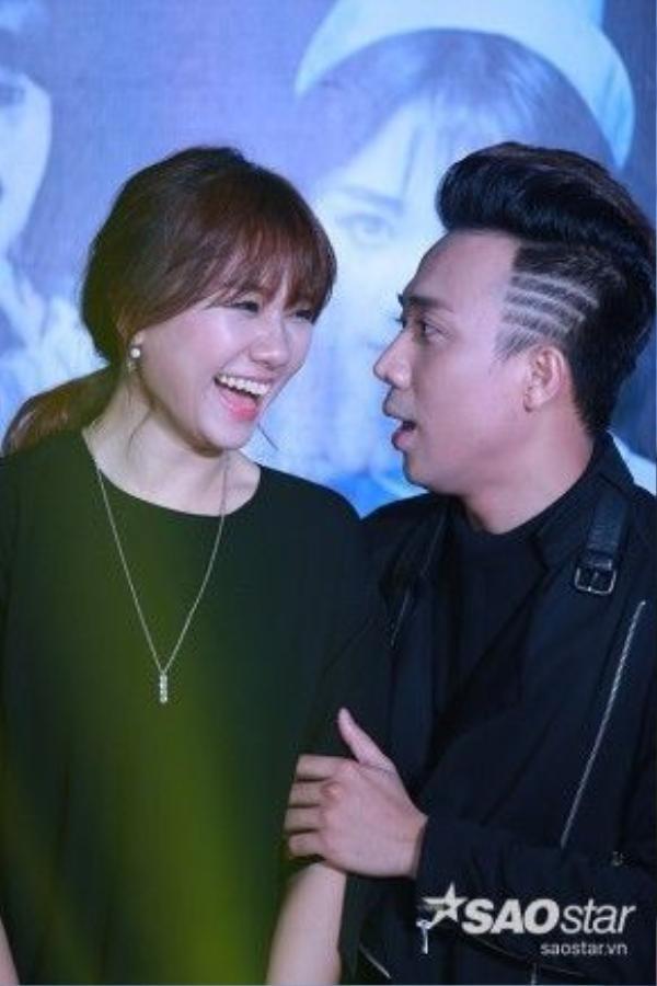 """Đồng thời, nam diễn viên cũng chia sẻ tình cảm mình dành cho bạn gái Hari Won: """"Tôi rất thương và nể Hari. Sau bộ phim Bệnh viên ma chúng tôi tiếp xúc với nhau nhiều hơn và vô tình phát hiện ra cả hai đều độc thân nên chúng tôi quen nhau...""""."""