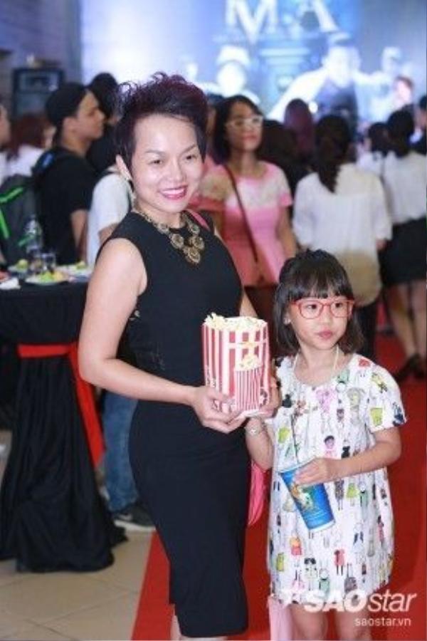 Ca sĩ Thái Thùy Linh và con gái.