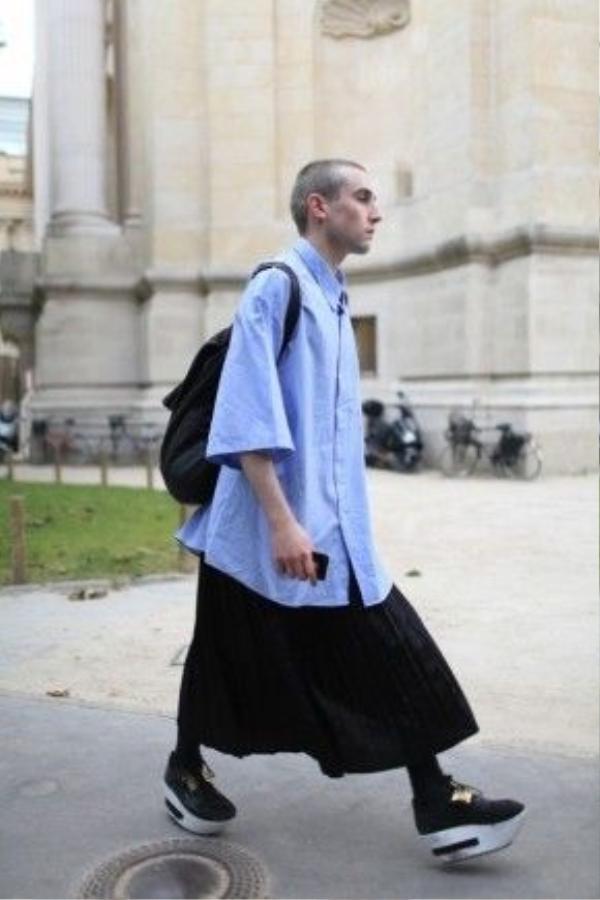 Các fashionsto trên thế giới rất yêu thích kiểu mặc váy này. Nhờgu thẩm mỹ nhạy bén khi kết hợp váy, quần legging, áo sơ mi dáng dài, kèm theo là đôi giày hầm hố và balo khiến chủ nhân cực kool, chẳng hề có chút ủy mị hay nữ tính