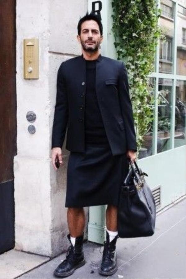Nhắc đến hình ảnh đàn ông mặc váy, nhiều người sẽ nghĩ ngay đến NTK Marc Jacobs. Anh là một nhà thiết kế nổi tiếng không chỉ bởi tài năng thiết kế mà còn gây ấn tượng khi thường xuyên xuất hiện trước công chúng với nhiều kiểu váy. Với thời trang thế giới, hình ảnh của Marc Jacobs được xem là một sự phá cách vượt biên giới sáng tạo, góp phần tạo nên thương hiệu hình ảnh cho Jacobs.