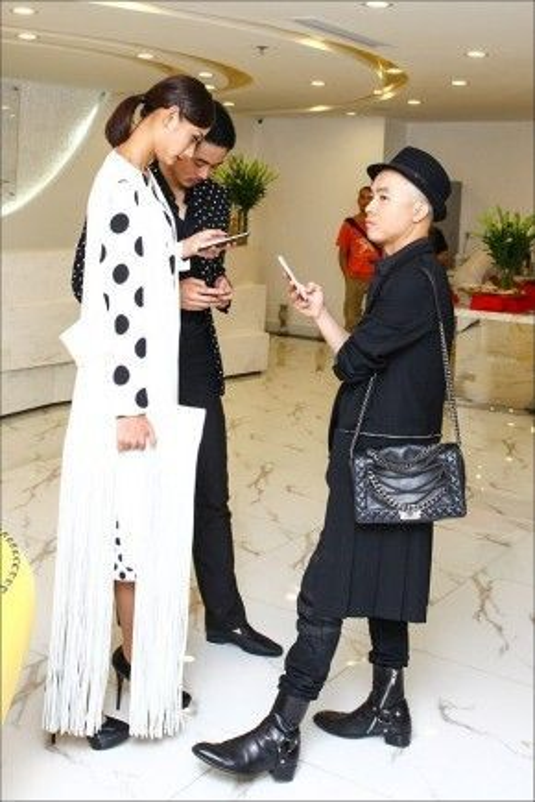 Phong cách cá tính không thể nhầm lẫn vào đâu được của NTK Đỗ Mạnh Cường khi mix váy dập li cùng túi đắt giá đến từ thương hiệu lừng danh nước Pháp Chanel.