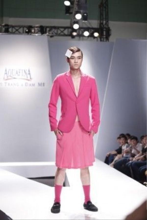Trên sàn diễn thời trang của Việt Nam cũng đã cuốn theo dòng chảy thời trang và trình làng bộ sưu tập mang đậm unisex style với cả cây hồng thạch anh dành cho nam giới.