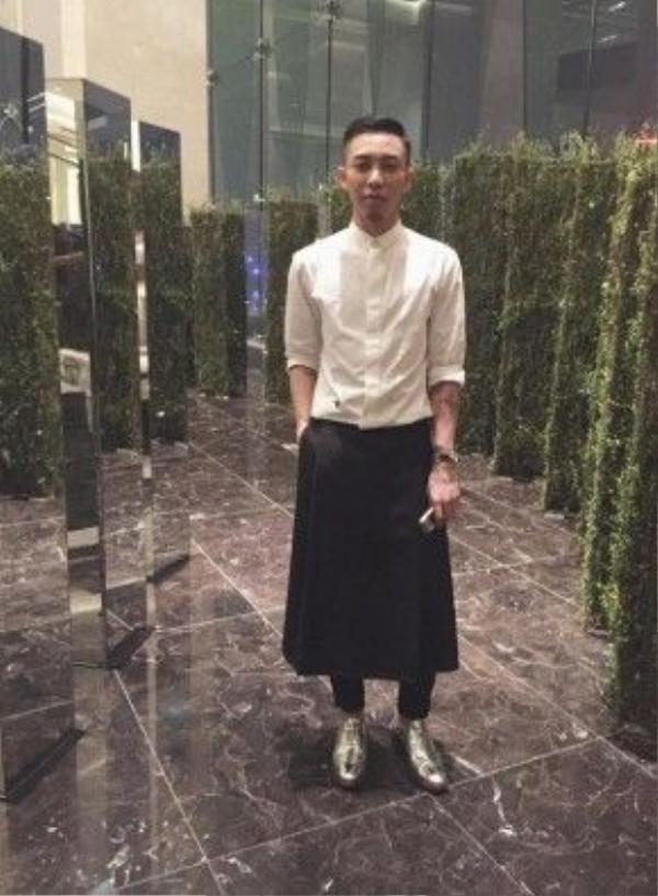 …và stylist hot nhất Việt Nam hiện nay Hoàng Ku cũng đều là những tín đồ thời trang không phân ranh giới tính. Kiểu kết hợp layer lạ mắt, phá cách, cá tính và thời thường hứa hẹn tạo nên một bức họa đầy sắc màu trong làng mốt thời trang