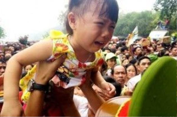 Phải chuyền qua tay nhiều người lạ, giữa đám đông ồn ã, nhiều em sợ hãi khóc thét.
