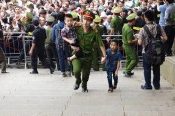 Hàng trăm em được lực lượng chức năng tách ra khỏi đám đông, đưa đến khu vực thoáng đãng ở gần lối lên để nghỉ ngơi, chờ cha mẹ.