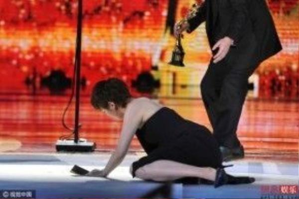 Người đẹp ngã sõng soài trên sân khấu.