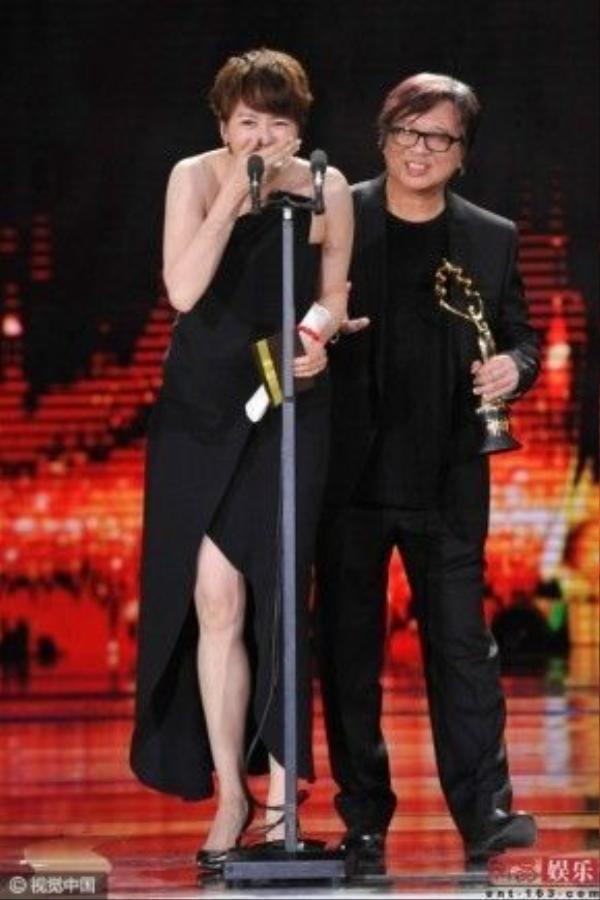 Nữ diễn viên không giấu sự bối rối. Hoa đán ảnh đàn Hong Kong lần đầu gặp sự cố này.