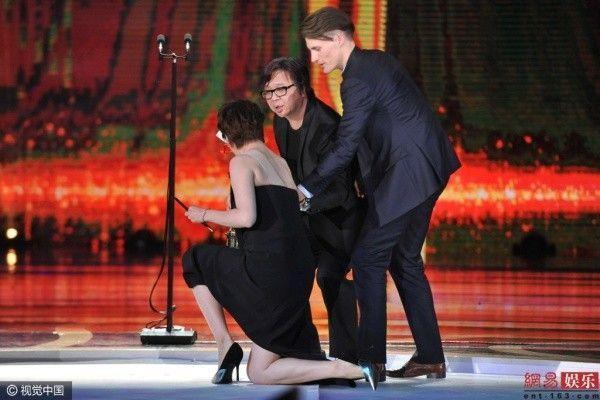 Hoa đán Hong Kong ngã sõng soài, Kim Woo Bin hơn cả soái ca trên thảm đỏ ảnh 5