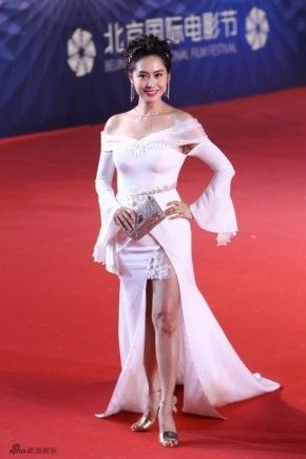 Chu Ân gợi cảm với đầm trắng.