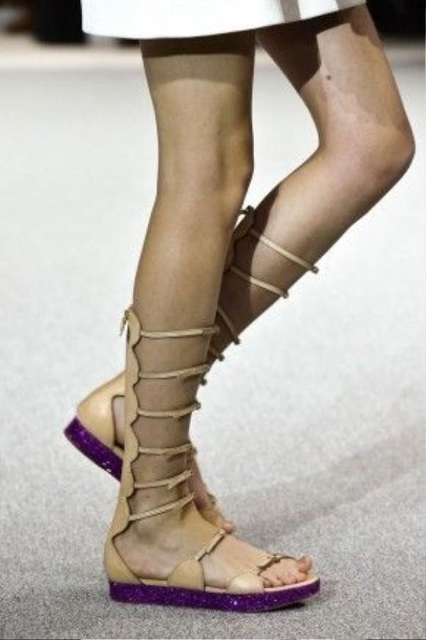 Sandal chiến binh đã có sự trở lại ấn tượng hơn bao giờ hết trên khắp các sàn runway thế giới năm 2016. Trên hình là đôi dép tông màu nâu nude đến từ thương hiệu Giambattista Valli.