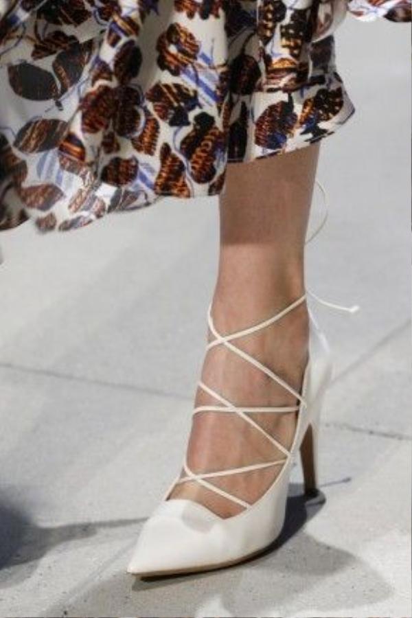 Những chiếc dây đan đặc trưng của loại dép này đã được tối giản hơn bao giờ hết đem lại sự nhẹ nhàng nữ tính. Điển hình như đôi giày trắng đan dây đã xuất hiện trên sàn diễn của Derek Lam mùa này.