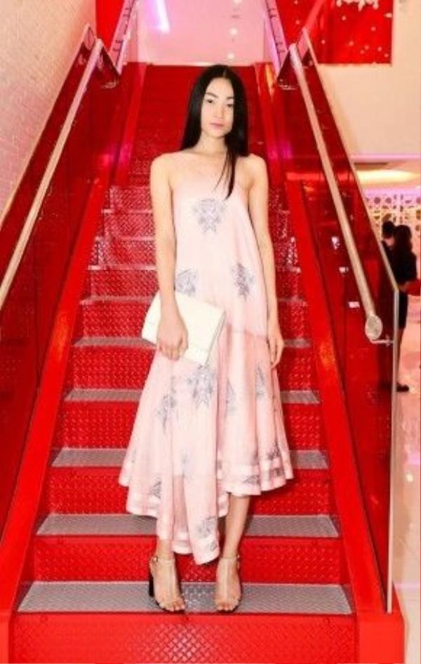 Trong một buổi party tổ chức gần đây tại Sài Gòn, người mẫu Thùy Trang xuất hiện với vẻ ngoài dịu dàng, đơn giản trong chiếc đầm suông hạ eo, chi tiết bất đối xứng. Cách make-up tự nhiên, nền nã cùng màu son cam tươi trẻ khác xa với hình tượng lạnh lùng của một người mẫu chuyên nghiệp trên sàn catwalk.