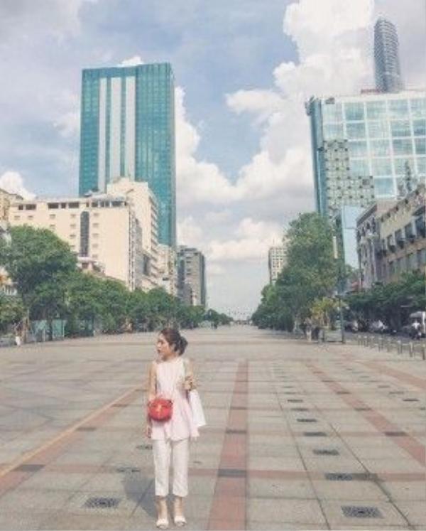 Fashionista Lâm Thúy Nhàn dù chỉ diện nguyên tông trắng white-on-white đơn giản cùng túi xách mini gam đỏ rực rỡ nhưng vẫn rất hút mắt, vẫn hợp trend, đáp ứng được tính thị hiếu.