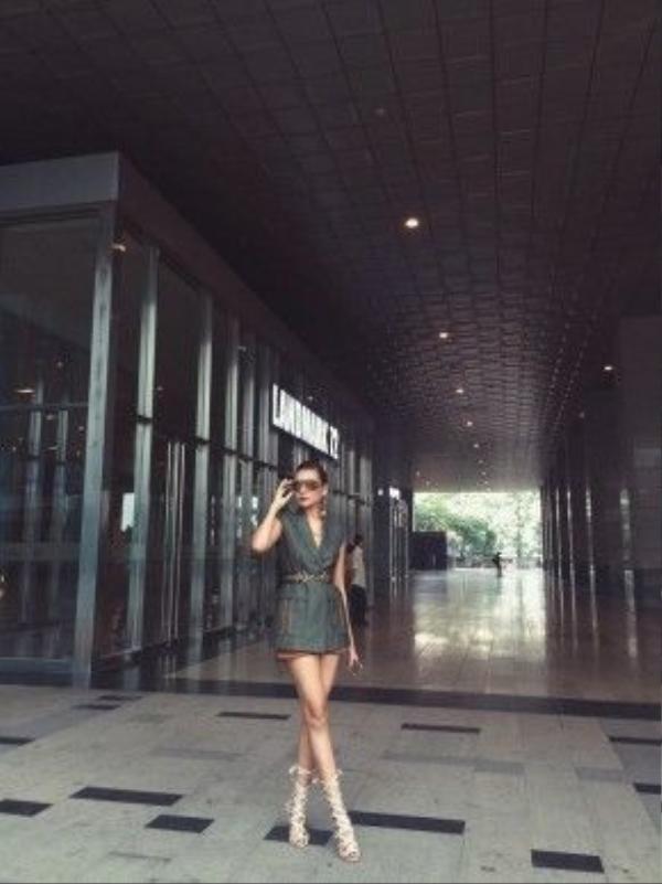 """""""Đệ nhất chân dài"""" Thanh Hằng hiện đang có chuyến công tác tại thành phố Hà Nội. Tại đây, cô nàng đã tạo dấu ấn trong lòng mọi người với cách mix-match đồ thời thượng và đẳng cấp trong chiếc áo dạng vest cách điệu mang hơi thở menswear những năm 80s, thắt lưng bằng da màu nâu trầm hợp tông với set đồ quấn quanh vòng eo nhỏ nhắn. Và cuối cùng là chốt lại bằng đôi cao gót buộc dây độc đáo."""
