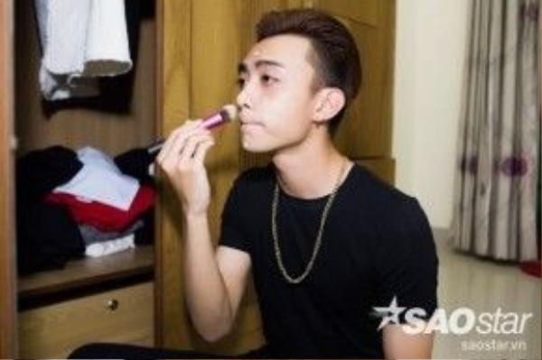 Soobin Hoàng Sơn tự make up mặt cho mình.