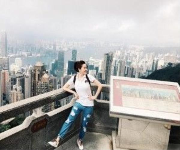 Bảo Thy thích thú trước cảnh đẹp của Hong Kong.