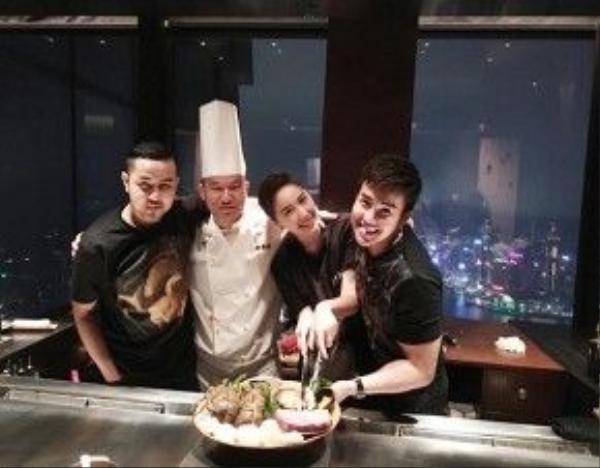 Nữ ca sĩ cùng anh trai đến Hong Kong đón sinh nhật đặc biệt.