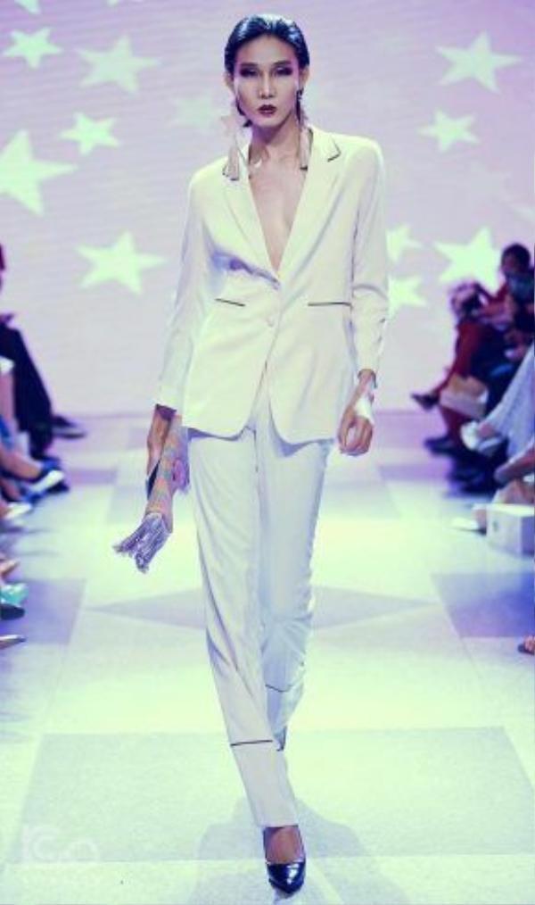 Sải bước chuyên nghiệp trên sàn catwalk của Mid Nguyen trong show thời trang khủng được tổ chức mới đây của NTK Adrian Anh Tuấn.