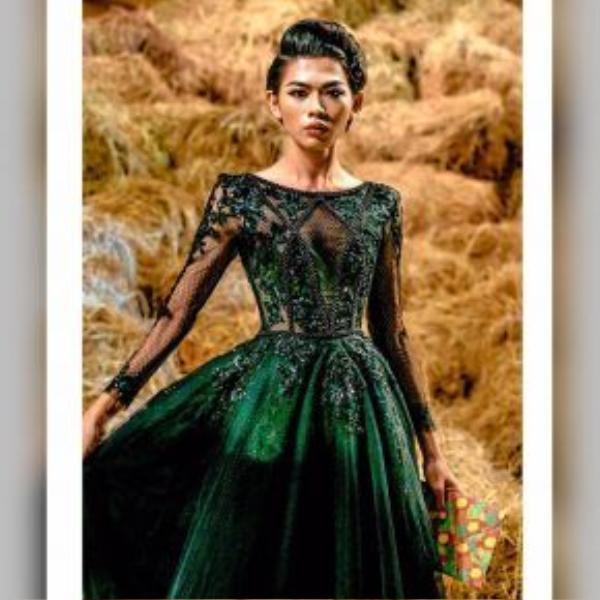 Đến tham dự show thời trang Country Side của NTK Đỗ Mạnh Cường với chiếc đầm dạ hội màu xanh bắt mắt.