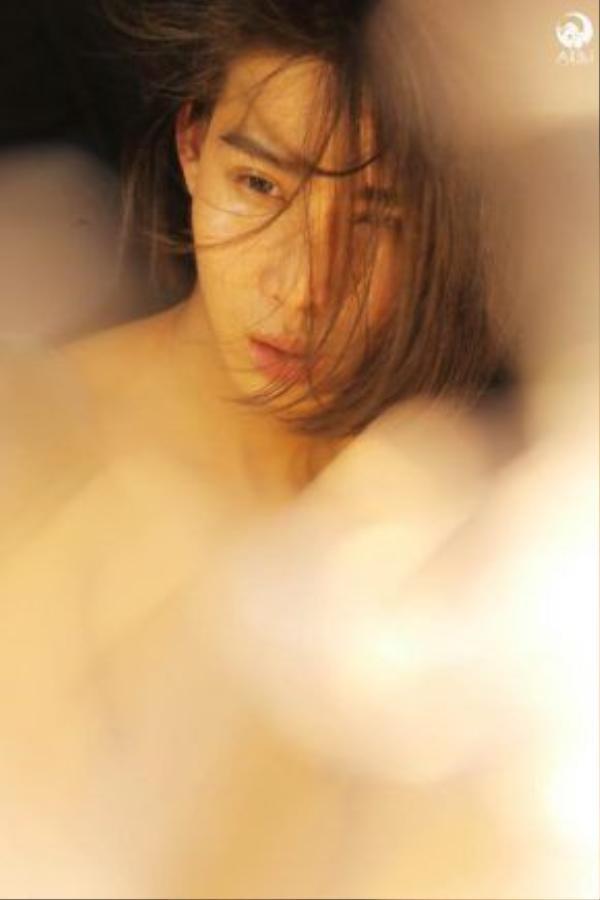 Những đường nét thanh thoát trên khuôn mặt cộng với mái tóc dài tạo nên vẻ đẹp unisex mê đắm của Mid Nguyen.