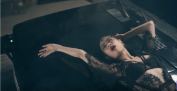 Chiếc váy ren xuyên thấu là sự lựa chọn hoàn hảo góp phần tạo nên ấn tượng như những mong chờ mà stylist Hoàng Ku mong đợi trong MV.